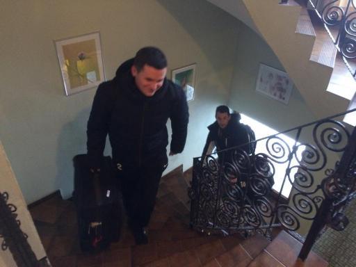 Jonas Birkler und Sebastian Beyer beziehen schwer bepackt ihre Zimmer
