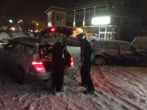 Feierabend! Die letzten Skifahrer packen zusammen