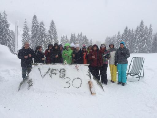 Trotz Schneefall bauen die Frauen eine Schneebar