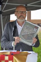 Günter Birkler stellt Festschrift des VfB Oberndorf vor.