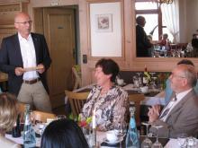 Vorstand Günter Birkler gratuliert Gertrud und Oskar Sachs zur Goldnen Hochzeit